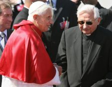 Los dos hermanos Ratzinger estaban muy unidos y Georg solía acudir al Vaticano para celebrar el cumpleaños del papa emérito. (Foto Prensa Libre: AFP)