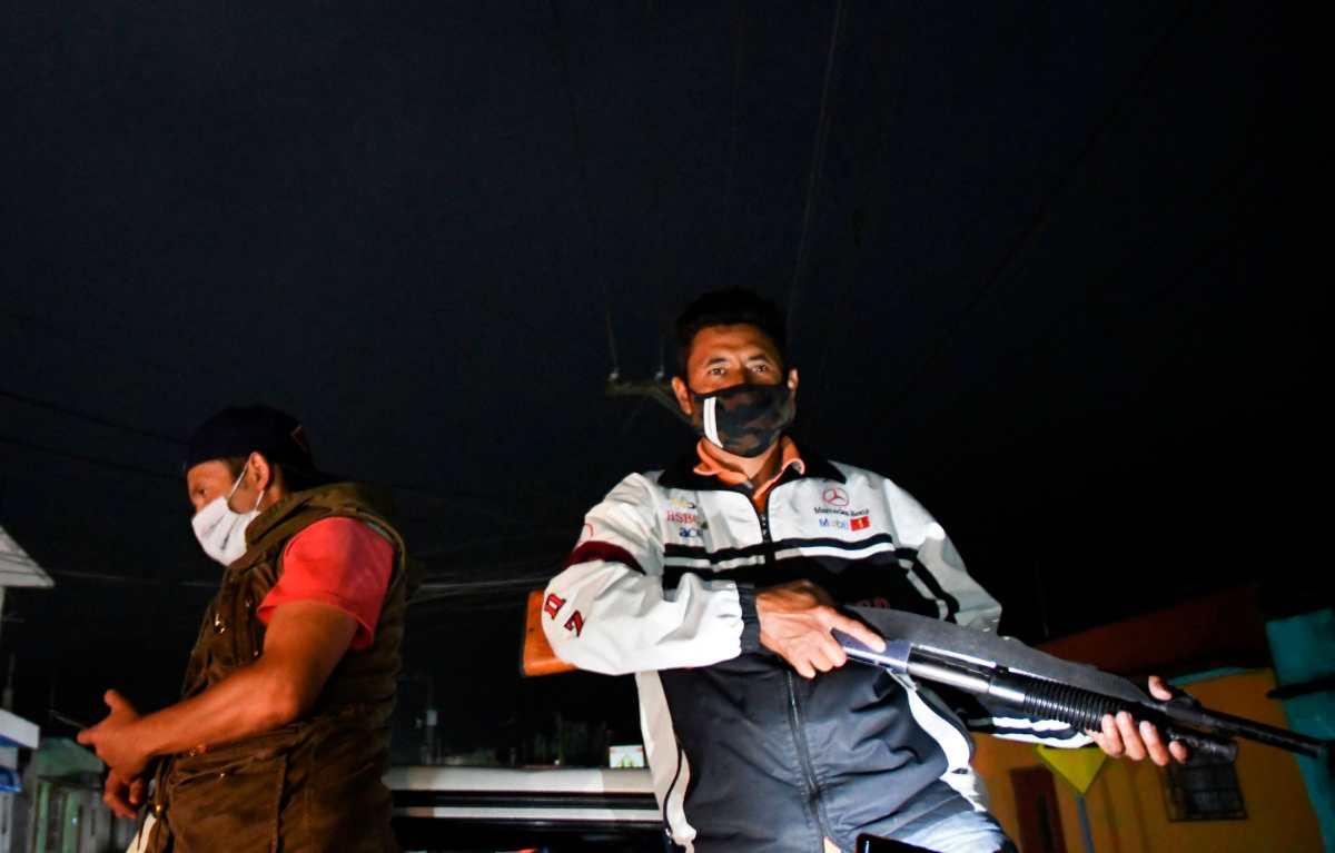 Patrulleros armados salen para frenar la violencia y el coronavirus en San Vicente Pacaya