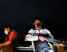 Patrulleros armados vigilan el cumplimiento del toque de queda y la seguridad en San Vicente Pacaya. (Foto Prensa Libre: AFP)
