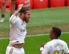 Sergio Ramos celebra con Rodrygo después de anotar el gol del triunfo. (Foto Prensa Libre: AFP)