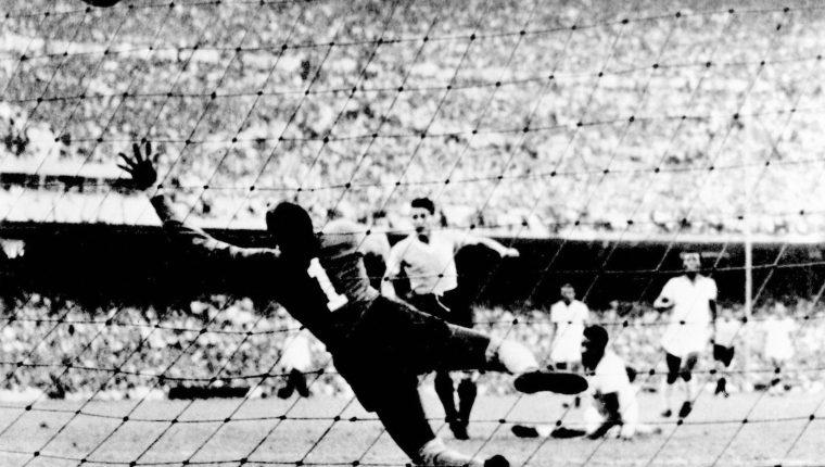 """Foto de archivo tomada el 16 de julio de 1950 cuando el uruguayo Juan """"Pepe"""" Schiaffino (C) anota  el primer gol contra Brasil durante la Copa del Mundo de 1950 en el estadio Maracana en el que Brasil perdió la final  2-1. (Foto Prensa Libre: AFP)"""