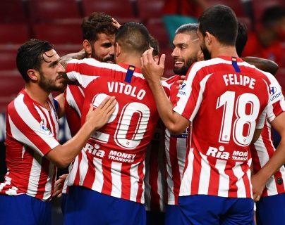Diego Costa celebra con sus compañeros el gol del triunfo del Atlético de Madrid. (Foto Prensa Libre: AFP).