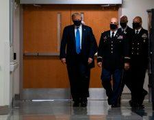 El presidente de los Estados Unidos, Donald Trump, usa una mascarilla  mientras visita el Centro Médico Nacional Militar Walter Reed en Bethesda, Maryland este 11 de julio. (Foto Prensa Libre:  AFP)