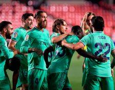 Los jugadores del Real Madrid festejan frente al Granada. (Foto Prensa Libre: AFP)