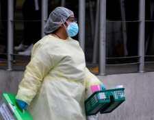 Varios sectores exigen al Ministerio de Salud que se incremente el número de pruebas que se corren por día. (Foto Prensa Libre: AFP)