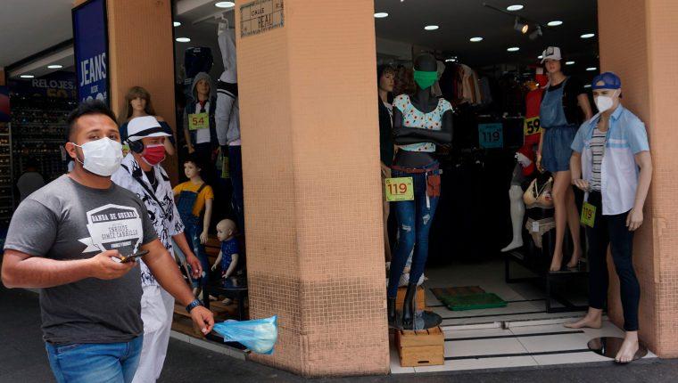 Comercios individuales o en plazas de conveniencia están abiertas, pero otras actividades están restringidas. (Foto, Prensa Libre: AFP).
