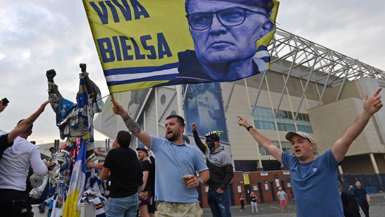 aficionados del Leeds United festejan el título conseguido en la Segunda División de Inglaterra. (Foto Prensa Libre: AFP).