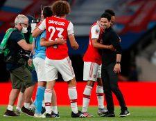 Mikel Arteta felicita  sus jugadores después del triunfo del Arsenal frente al Manchester City. (Foto Prensa Libre: AFP).