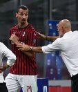 Zlatan Ibrahimovic discute con el técnico Stefano Pioli durante el partido contra el Bolonia. (Foto Prensa Libre: AFP).