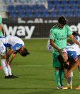Marco Asensio consuela al defensor Unai Bustinza, del Leganés, tras descender a la Segunda División.  (Foto Prensa Libre: AFP).