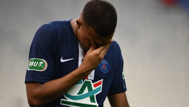 Kylian Mbappé dejó el terreno de juego entre lágrimas. (Foto Prensa Libre: AFP)