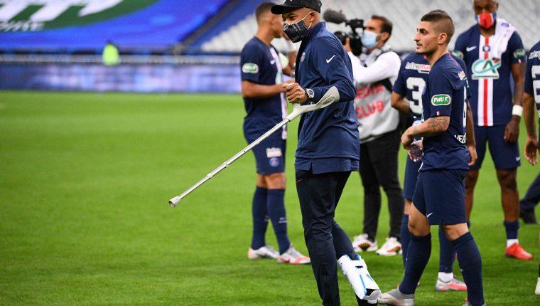 Kylian Mbappé terminó en muletas la final de la Copa de Francia. (Foto Prensa Libre: EFE)