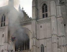 Brigada de bomberos trabaja para extinguir el incendio en la Catedral de San Pedro y San Pablo, en Nantes, Francia. (Foto Prensa Libre: EFE)
