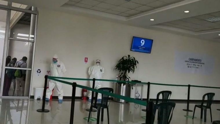Ingreso al cuarto Centro de Atención Respiratorio para atender a vecinos por la crisis por el coronavirus. (Foto ´Prensa Libre: Tomada de video de la comuna)