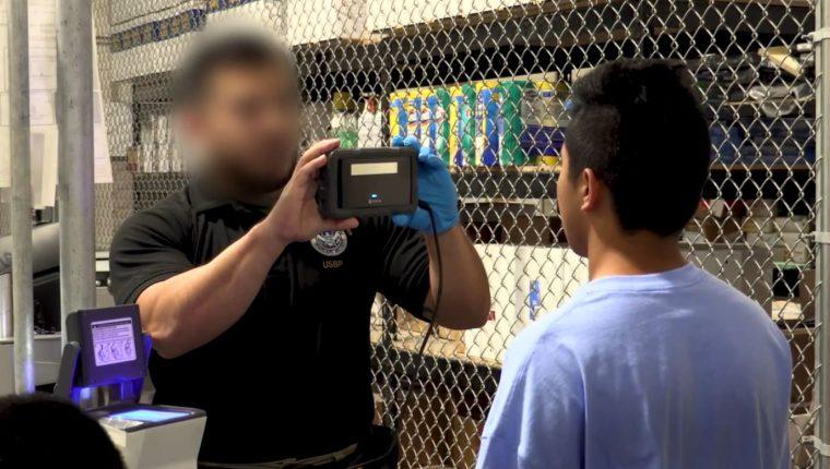 Un oficial de la Patrulla Fronteriza registra a un migrante en un centro de detención. (Foto Prensa Libre: Hemeroteca PL)
