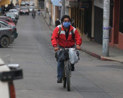 Debido a la falta de transporte público las personas optan por usar bicicletas, sin embargo no existen vías especiales y correr mayor riesgo. (Foto Prensa Libre: Raúl Juárez)