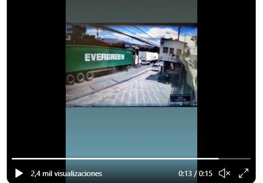 Video muestra como un tráiler embiste a varios vehículos en el km 17.5 de la ruta al Pacífico. (Foto Prensa Libre: Tomada de video de la PMT)