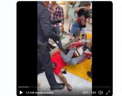 Video: policías de Los Ángeles forcejean con afroamericano en silla de ruedas y lo arrestan