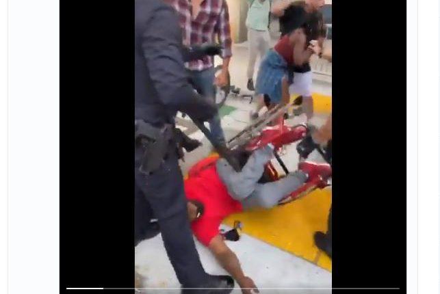 Joshua Wilson fue arrestado por la Policía de Los Ángeles, pese a que se movilizaba en una silla de ruedas. (Foto Prensa Libre: Tomada de Video)