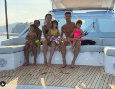 Cristiano Ronaldo navega por la costa de Celle Ligure, Turín, Italia, junto a su pareja, Georgina Rodríguez, y sus hijos a bordo de un lujoso yate. (Foto Prensa Libre: Tomada de Instagram de Georgina Rodríguez)