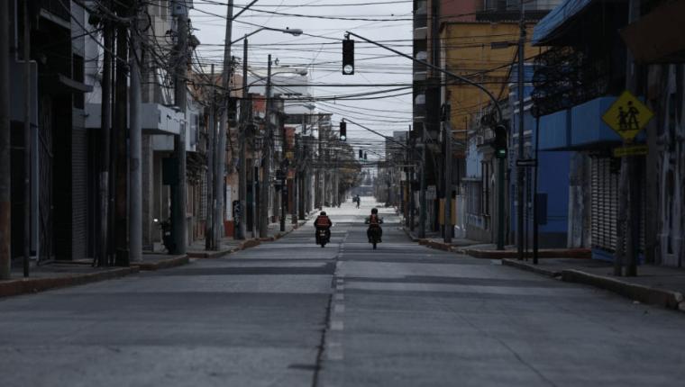 Las calles capitalinas lucen vacías durante el toque de queda este domingo. (Foto Prensa Libre: Esbin García)