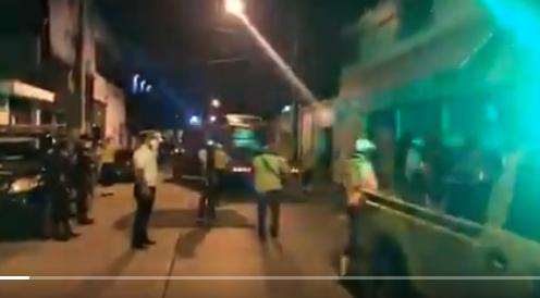 Autoridades ediles y policiales acuden a local en el que se celebraba fiesta clandestina. (Foto: Amílcar Montejo)