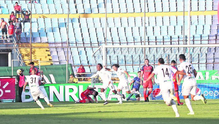El Clasico 311 entre Municipal y Comunicaciones fue el último partido que se jugó, antes de la suspensión por el coronavirus. (Foto Prensa Libre: Hemeroteca PL)
