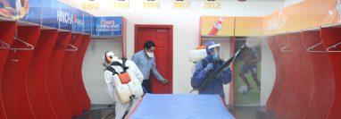 Los camerinos fueron los principales espacios de desinfección debido a que plantea el regreso a los trabajos el lunes 3 de agosto. (Foto Prensa Libre: Raúl Juárez)