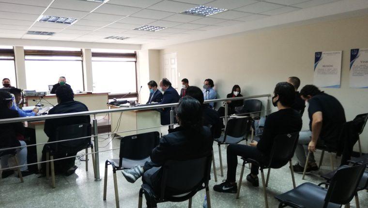 Los cinco jóvenes se presentaron al Juzgado Segundo Penal, en la Torre de Tribunales. (Foto Prensa Libre: Edwin Pitán)