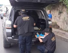 Agentes de la Fiscalía buscan ilícitos. (Foto Prensa Libre: MP)
