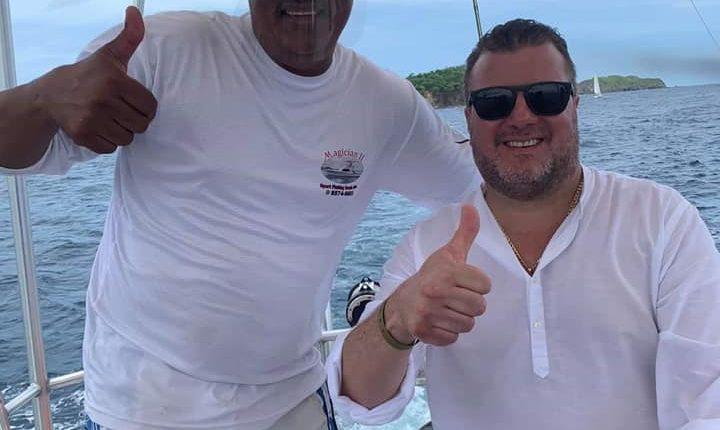 El funcionario costarricense de Salud -derecha- posa sin mascarilla en un yate. (Foto Prensa Libre: Facebook de operador de turismo)