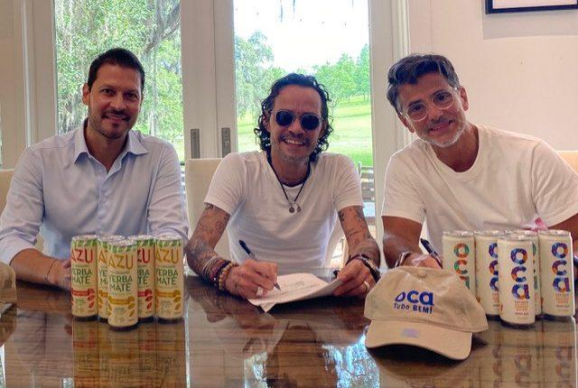 Felipe Pimento (Beliv), Marc Anthony y Carlos-Sluman, fundador de Beliv, durante la firma de la alianza. (Foto Prensa Libre: Cortesía)