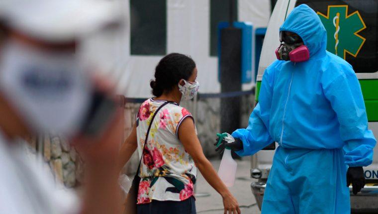 Los casos de pacientes recuperados se incrementaron en Guatemala luego de la aplicación de una plataforma digital. (Foto Prensa Libre: AFP)