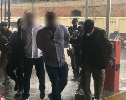 Los hermanos Martinelli Linares cuando son ingresados a la Torre de Tribunales de Guatemala. (Foto Prensa Libre: Gobernación)