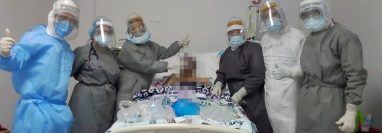 Parte del equipo médico dio a conocer que se dio el primer paciente extubado en el hospital de Quetzaltenango. (Foto Prensa Libre: Cortesía)