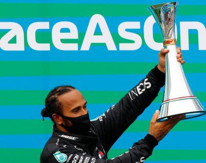 El piloto Lewis Hamilton se impuso en el Gran Premio de Hungría y ascendió al primer lugar de pilotos. Foto Prensa Libre: EFE