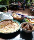 Hummus, babaganush y falafel, receta del chef Esteban Aparicio, de Caoba Café, en Antigua Guatemala, para la cual se utiliza, en su mayoría, ingredientes orgánicos del huerto de Caoba Farms, que brindan mayor cantidad de nutrientes. Se acompaña con pan pita y vegetales frescos. (Foto Prensa Libre, cortesía de Esteban Aparicio)