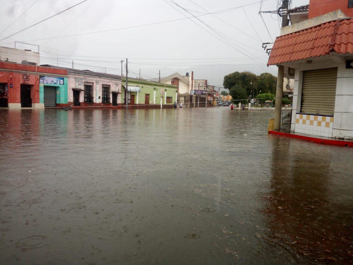 Copiosa lluvia deja inundaciones en varias calles y avenidas de Xela