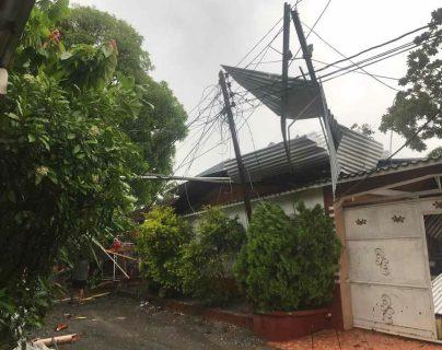Varias casas de Puerto Barrios, Izabal, se quedaron sin techo, pues el fuerte viento lo desprendió. (Foto Prensa Libre: Dony Stewart)