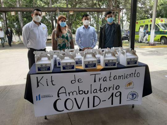 Salud presenta el kit que serpa distribuido a pacientes leves con coronavirus. (Foto Prensa Libre: Andrea Domínguez)