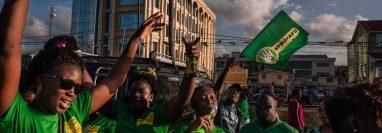 partidarios del presidente David Granger de Guyana celebran después de una elección en Georgetown, Guyana, el 4 de marzo de 2020. Granger perdió pero se negó a renunciar. (Foto Prensa Libre: Adriana Loureiro Fernandez/The New York Times)