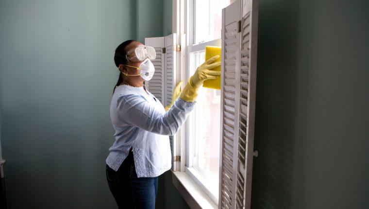 Los expertos recomiendan mantener un protocolo de higiene, basado en el lavado de manos constante, para preservar la salud de las trabajadoras domésticas. (Foto Prensa Libre: CDC en Unsplash).