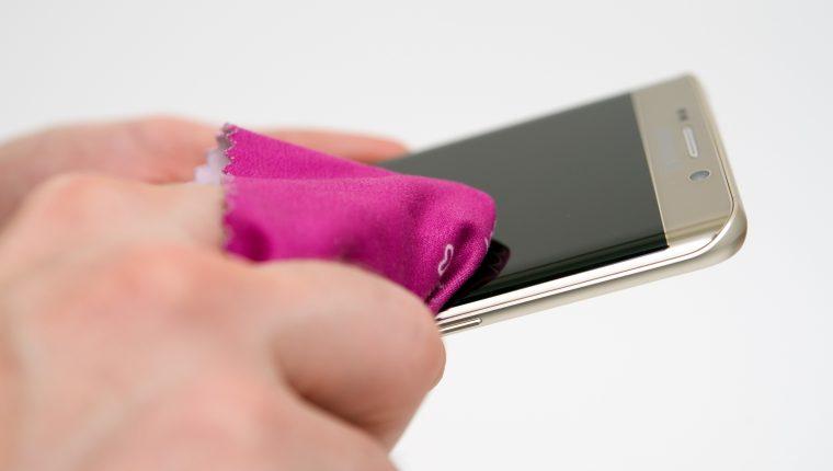 Los fabricantes recomiendan limpiar el teléfono móvil con un paño de microfibra suave, sin pelusas y ligeramente humedecido. Foto Prensa Libre: DPA