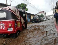 La calle de El Calvario, en El Tejar, Chimaltenango, se inundó a causa de la lluvia. (Foto Prensa Libre: César Pérez)