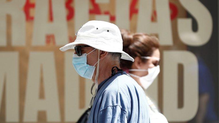 Madrid ha declarado obligatorio el uso de mascarilla en todos los espacios, abiertos o cerrados para prevenir contagios de coronavirus. (Foto Prensa Libre: EFE)