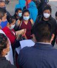 Personal médico manifiesta su inconformidad por la falta de pago en el hospital temporal en el Parque de la Industria. (Foto Prensa Libre: Cortesía La Red)