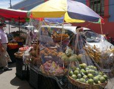 Vendedores del Centro Comercial Municipal trabajan para que los mercados sean más seguros y no reciban señalamientos de vulnerabilidad para contagios de coronavirus. (Foto Prensa Libre: María Longo)