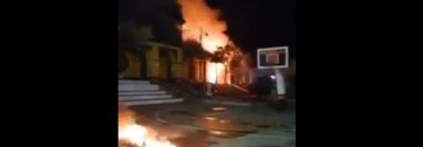Vecinos inconformes con la clasificación en rojo del municipio de San Lucas Tolimán, Sololá, quemaron el edificio municipal. (Foto Prensa Libre: Cortesía)
