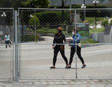 Varias personas acudieron al Parque de la Industria a dejar papelería para poder optar a un empleo en el área de salud. (Foto Prensa Libre: Esbin Garía)