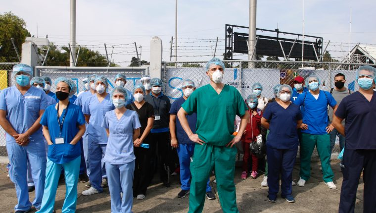 La falta de equipo de protección, pago de salarios y contratos son algunas quejas que han expuesto el personal médico del hospital temporal del Parque de la Industria. (Foto Prensa Libre: Hemeroteca)